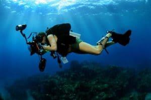 Unterwasserfotograf mit Tauchmesser